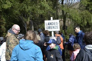 komentovaná procházka po křížcích a kamenech v okolí zaniklé obce Lísková, zastavení u hraničnícho přechodu Haselbachbrücke