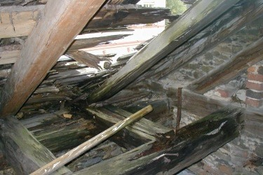 Po zakoupení synagogy v roce 2002 nechybělo mnoho ke zřícení celého objektu, dírami ve střeše totiž zatékalo dovnitř.