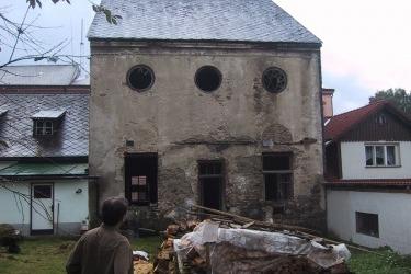 Synagoga v roce 2002 zezadu. / Synagoge von hinten, 2002.
