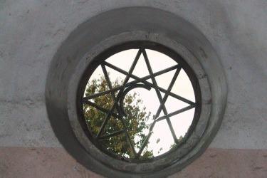 Jediné původní dochované kruhové okno, 2002