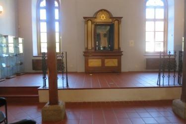 Přízemí synagogy se skříní se svitkem tory