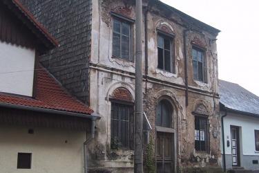 Synagoga před rekonstrukcí s inzerátem na prodej v roce 2002