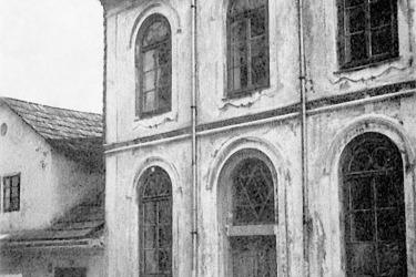 Snímek synagogy z válečného období, kdy již byly ze štítu strženy kamenné desky Desatera.