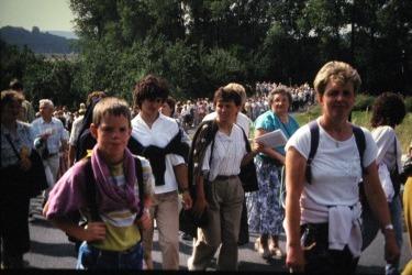 Průvod poutníků na cestě ke Sv. Anně při první česko-německé pouti v roce 1990