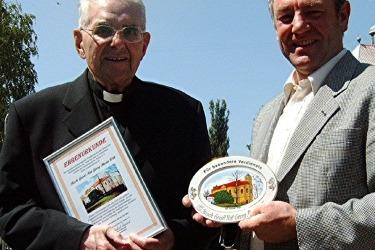 Farář Georg Maria Witt z Tirschenreuthu - iniciátor obnovení poutě na sv. Annu (nalevo) a Herbert Konrad.