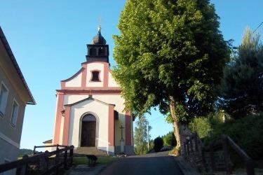 Zrenovovaný kostel Panny Marie Bolestné v Hamrech