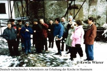 Česko-německá pracovní skupina pro obnovu před kostelem v Hamrech.