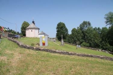 Na konci roku 1960 byl zničen hřbitov u kostela. V roce 2012 se instalovaly pomníky v podobě žulových stél jako připomínka a památka zemřelých. Stojí na nich jména odsunutých rodin.