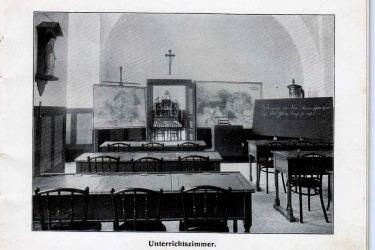 Interiér kláštera za fungování penzionátní školy - třída připravená pro výuku zeměpisu