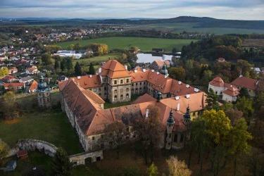 Současná podoba kláštera s částečně opravenou střechou - letecký snímek (Foto: V. Celer, 2016)