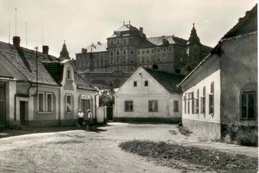 Klášter v 60. letech 20. století, kdy zde pobývala Československá armáda (sestry (Češky) byly vystěhovány v roce 1950 do Litoměřic, řádové sestry německé národnosti odvezli američtí vojáci v roce 1945)