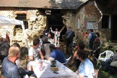 -Setkání na zahradě v rámci Svatojánské pouti, místní farář P. Augustin žehná budově, 2015