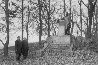 Hugo Rokyta (zakladatel památniku) u pomníku A. Stiftera v Horní Plané 1955/ Hugo Rokyta (Zdroj/Quelle: Památník-rodný dům A. Stiftera, pobočka Regionálního muzea v Českém Krumlově)