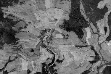 Po odsunu německýcho obyvatel se obec nepodařilo dosídlit, v 50. letech začali odcházed dosídlencí, poutě byly zakázané. Letecký snímek Skoků 1953.