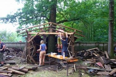 Dobrovolníci staví kapličku ze shozených bání kostela v rámci česko-německého letního pobytu mládeže ve Skokách v roce 2007