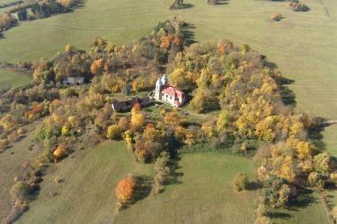 Současný letecký pohled na kostel a hostinec, stromy naznačují původní rozlohu vesnice