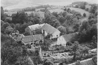 Das Dorf Maria Stock in den 1960er Jahren (Zdroj/Quelle: Národní památkový ústav). Mitte der 1960er Jahre kam es zur letzten Aussiedlung infolge des Baus der Talsperre in Luditz. Im Jahre 1970 wurde das verlassene Dorf dem Erdboden gleich gemacht. Es blieb nur die schöne Kirche übrig, die ehemalige Pilgerherberge (Hausnr. 21), die Scheune (Hausnr. 5), die Kapelle, der Friedhof und die Terrassen mit Mauerbruchstücken am Hang.