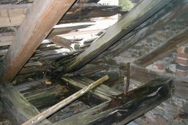 Nach dem Kauf der Synagoge im Jahr 2002 wäre es fast zum Einsturz des ganzen Gebäudes gekommen, da es durch Löcher im Dach herein regnete. Dach der Synagoge vor der Renovierung im Jahr 2002.