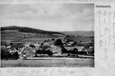 Hartmanitz vor dem Zweiten Weltkrieg. Die Synagoge ist im rechten Teil der Postkarte von hinten zu sehen.