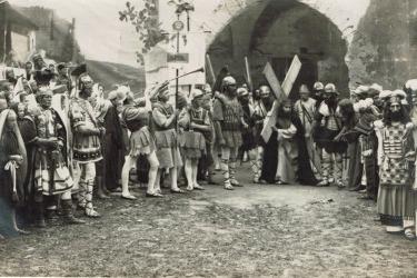 Die Passionsspiele in Höritz im Jahr 1923, Beginn des Kreuzweges. (Zdroj/Quelle: Muesum Fotoateliér Seidel)