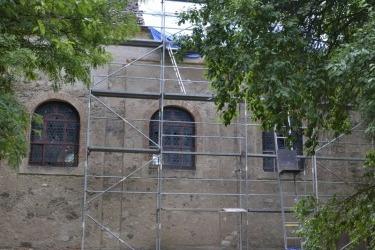 Die St.-Jakobus-Kirche und das Pfarrhaus in Böhmisch Domaschlag