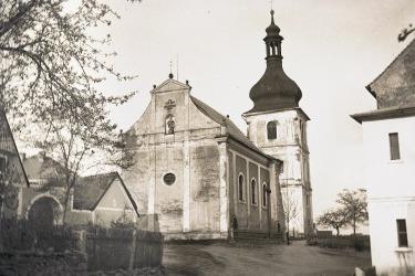 Die St.-Jakobus-Kirche in Bömisch Domschlag in den 1920er Jahren, aus den Sammlungen des Westböhmischen Museums in Pilsen.