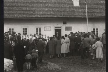 Um die Eröffnung der Dauerausstellung, die dem Schriftsteller Adalbert Stifter in seinem Geburtshaus gewidmet ist, haben sich Hugo Rokyta. Eröffnung der Denkmalstätte Stifterhaus am 23. Oktober 1960