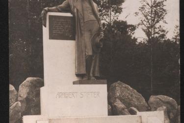 Der Dichter Adalbert Stifter (1805–1868) widmete sich neben dem Schreiben auch der Malerei, wirkte als Pädagoge und Landschulrat in Linz. Bronzedenkmal in Oberplan